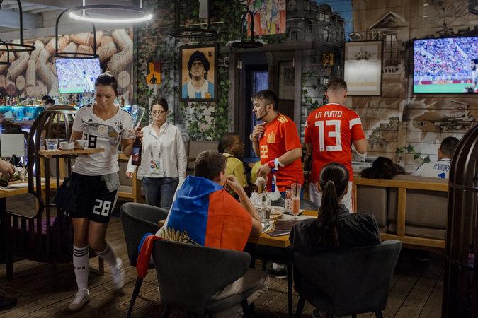 Los comensales ven el partido de Rusia contra Egipto en La Punto. Credit Denis Sinyakov para The New York Times
